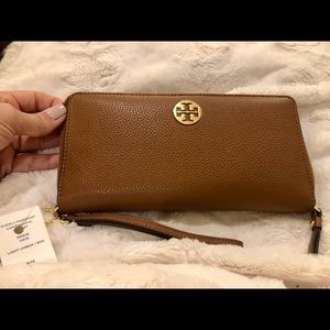 NEW Tory Burch Everly Wallet.